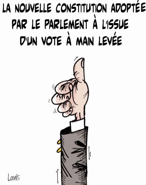 La nouvelle constitution adoptée par le parlement à l'issue d'un vote à main levée